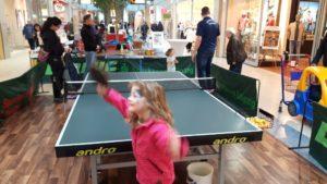 Im AlleeCenter Tischtennisplatte mit Kindern