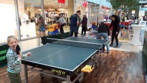 Spielende Kinder an der Tischtennisplatte