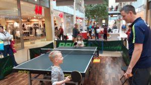 Kinder spielen an der Tischtennisplatte