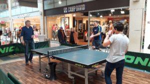 Spieler an der Tischtennisplatte