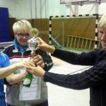 Ute und Sandra erhalten den Pokal