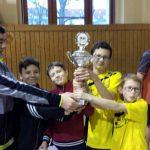 Die Schüler aus Holzhausen freuen sich über den Pokalsieg