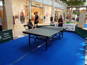 Besucherin spielen Tischtennis