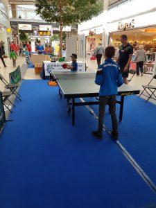 Kleine Kinder beim Tischtennis spielen