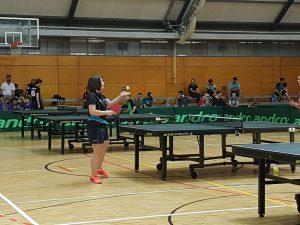 Susanne beim Tischtennisaufschlag