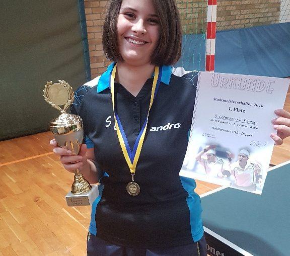 Susanne freudig mit Pokal und