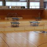 Tischtennisplatten in einer Halle