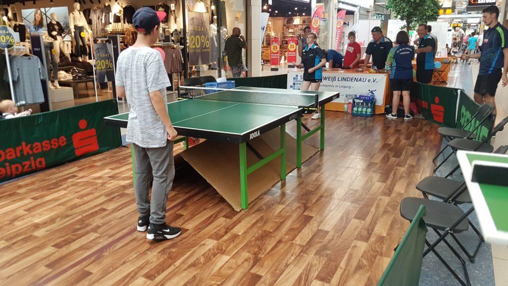 Gast und Spieler am Tischtennistisch