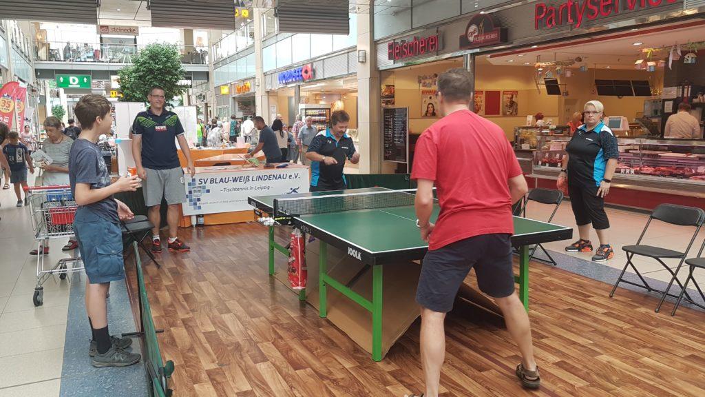 Spieler am Tischtennistisch im Allee Center